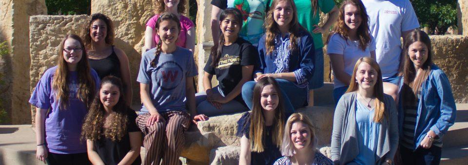 Una tradición de Omega Gamma en el Campus de ACU