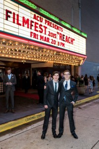 Estudiantes bien vestidos afuera del teatro Paramount.