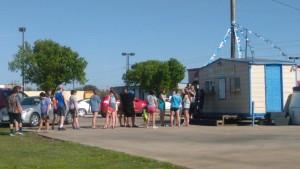 La fila larga en Cajun Cones. Es uno de los lugares mas populares!